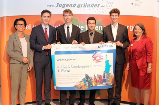 """Die Gewinner des ALTANA Sonderpreis Chemie mit Dr. Anette Brüne (links, ALTANA) und Prof. Dr. Barbara Burkhardt-Reich (rechts, Projektleiterin """"Jugend gründet"""") (Foto: © """"Jugend gründet"""")."""