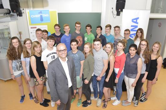 ALTANA CEO Martin Babilas im Kreise der Gerresheimer Schüler