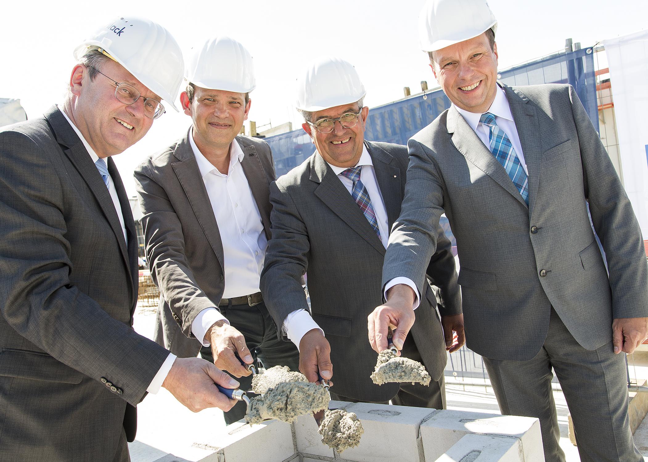 Grundsteinlegung in Grevenbroich (v.l.n.r.): Bertram Graf von Nesselrode, 2. Stellvertretender Bürgermeister von Grevenbroich, Martin Honak, Partner und Prokurist bei Vollack, Bernhard Baer, Projektleiter ACTEGA Rhenania, und Dr. Thomas Sawitowski, Geschäftsführer ACTEGA Rhenania GmbH.